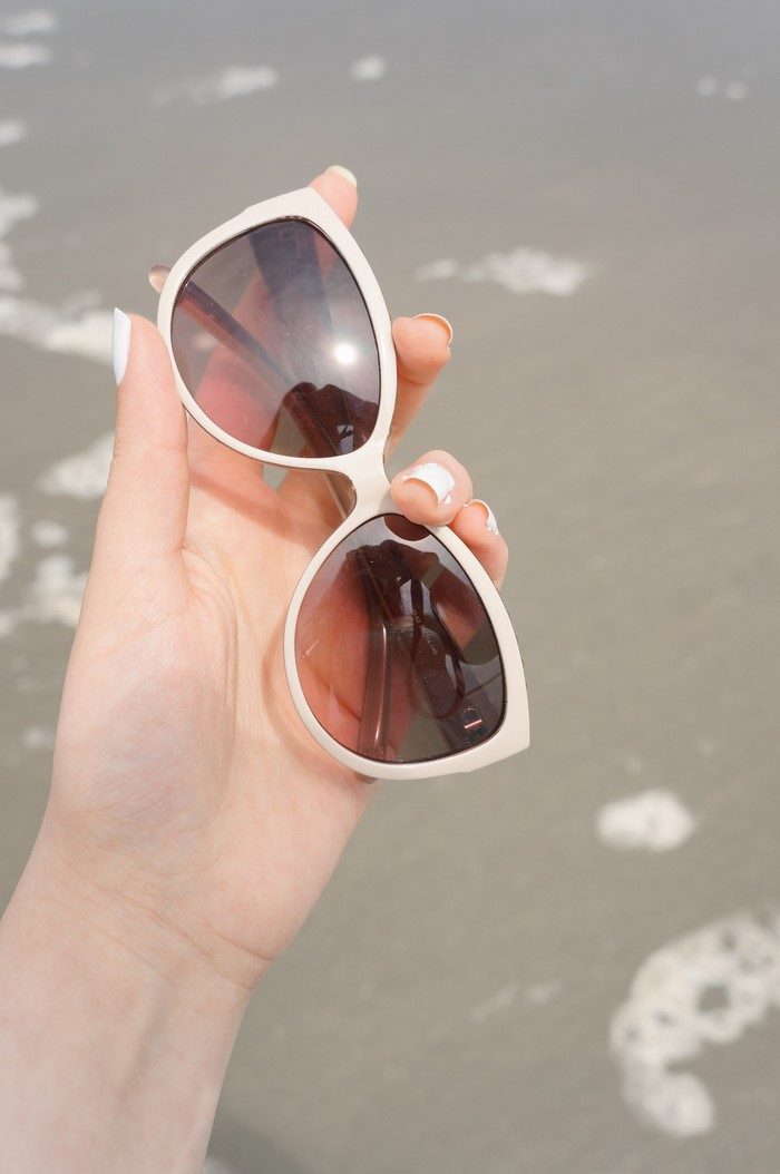 sage_guess_sunglasses_beach