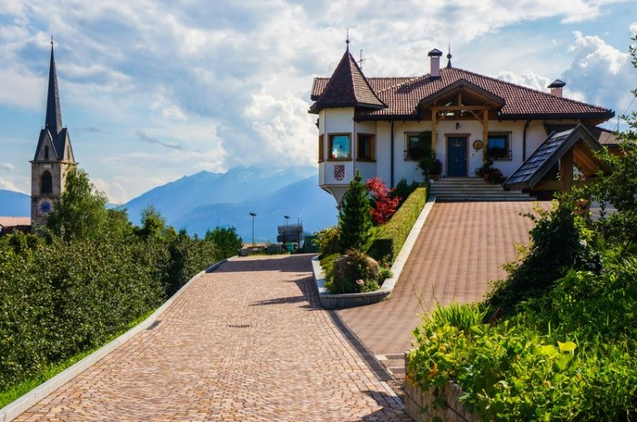 italy_cloz_villa_mountains_photography