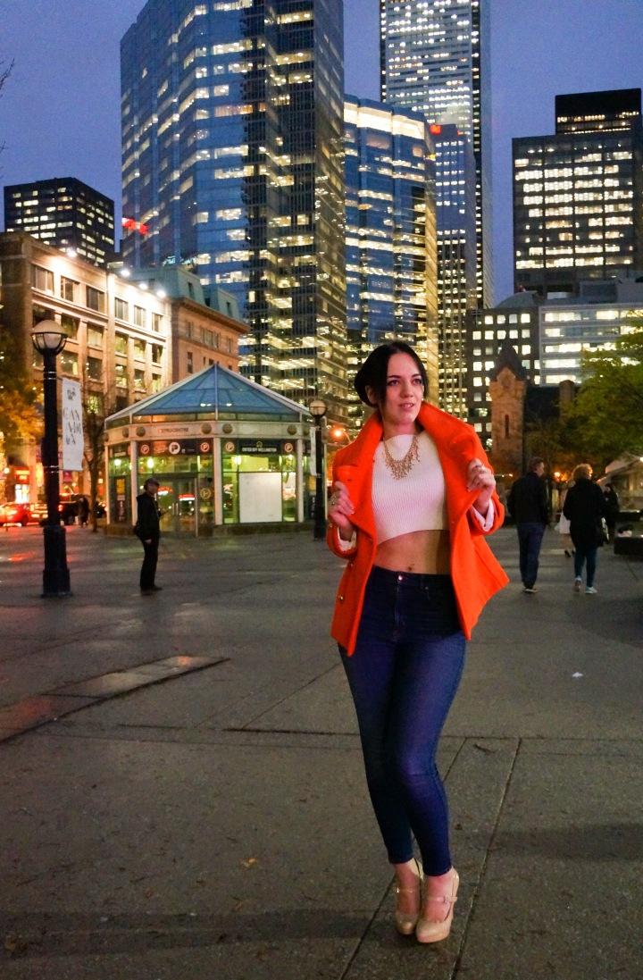 white_crop_sweater_orange_oversize_jacket_high_waisted_jeans_fashion_week_2
