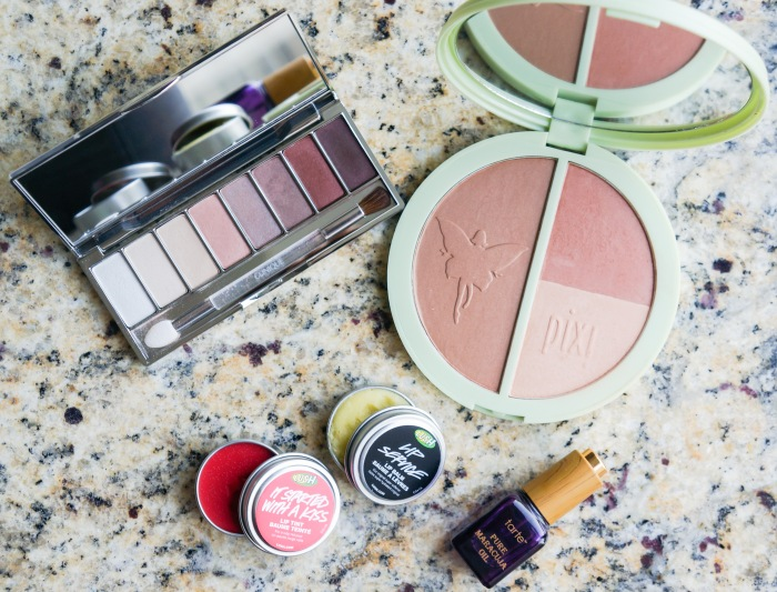 trendy_techie_travel_essentials_makeup_jewelry_2