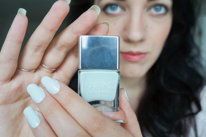 trendy_techie_travel_essentials_makeup_jewelry_4