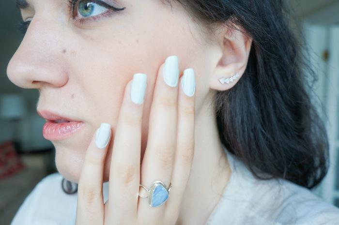 trendy_techie_travel_essentials_makeup_jewelry_5