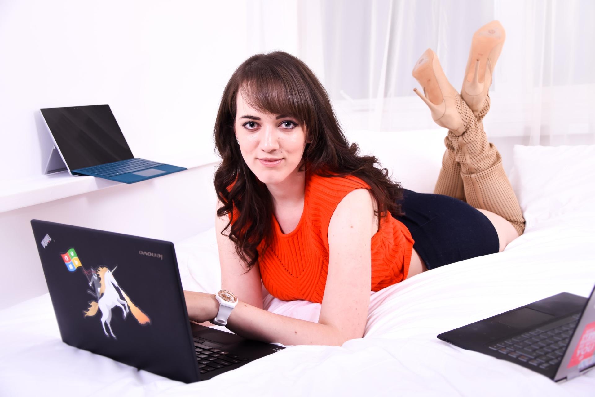 trendy_techie_sage_franch_mateo_yorke_photopathic_orange_glamour_4