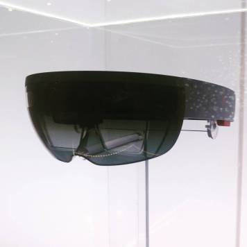 microsoft_hololens_mixed_reality_trendy_techie